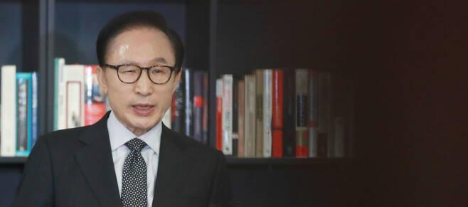 이명박 전 대통령이 17일 오후 강남구 삼성동 사무실에서 검찰의 특수활동비수사와 관련한 입장을 밝히고 있다. 사진공동취재단