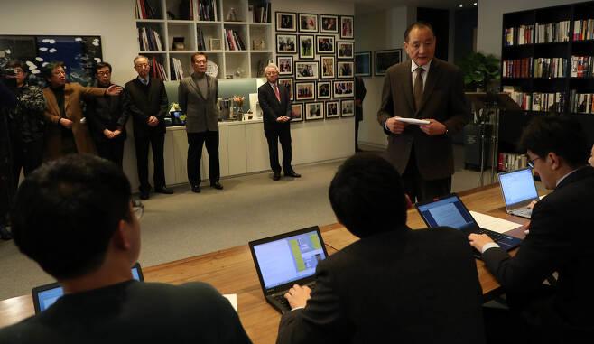이명박 전 대통령이 17일 오후 서울 강남구 삼성동 사무실에서 기자회견을 갖고 자신과 관련된 검찰의 수사에 대한 입장을 기로 한 가운데, 발표를 앞두고 참모진들이 대기하고 있다. 사진공동취재단