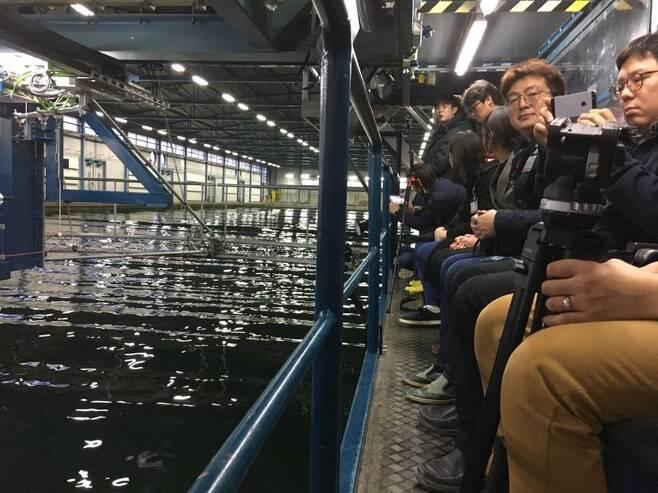 세월호 희생자 준형군의 아빠 장훈씨(오른쪽 두번째, 카메라를 보는 이)가 지난 22일 네덜란드 해양연구소 마린에서 시뮬레이션 작업 준비 과정을 지켜보고 있다. 바헤닝언/정은주 기자