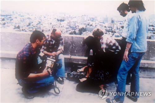 힌츠페터(왼쪽 첫번째) 기자가 1980년 5월 당시 광주 상황을 기록하던 모습 [5·18 기념재단 제공=연합뉴스]