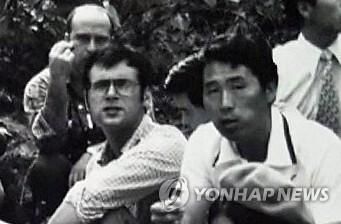 위르겐 힌츠페터(왼쪽)와 김사복이 함께 찍힌 흑백사진[김승필씨 제공=연합뉴스]