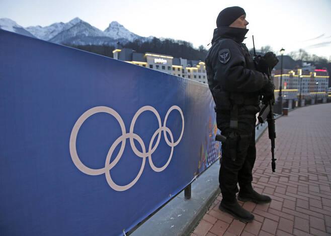 2014년 2월 소치 올림픽이 열렸을 당시 스키 경기가 열리는 리조트 주변을 경계하는 무장 병력. 사진 AP.