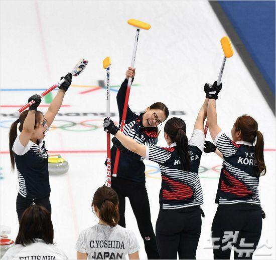 '숙적'일본을 상대로 거준 짜릿한 연장 승리. 한국 여자 컬링의 승리를 이끄는 스킵 김은정의 마지막 승부샷은 김경애의 조언 덕분이다.(사진=노컷뉴스)