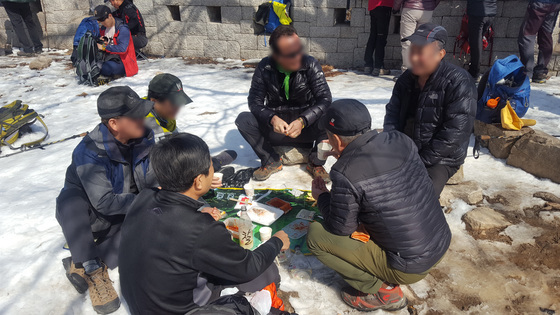 4일 북한산국립공원 대동문 정상부에서 등산객들이 술을 마시고 있다. [사진 국립공원관리공단]