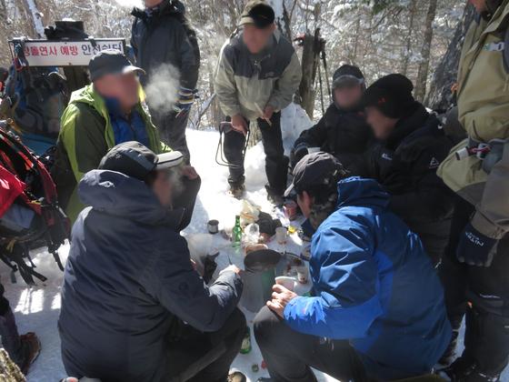 강원도 오대산국립공원에서 등산객들이 술을 마시고 있다. [사진 국립공원관리공단]