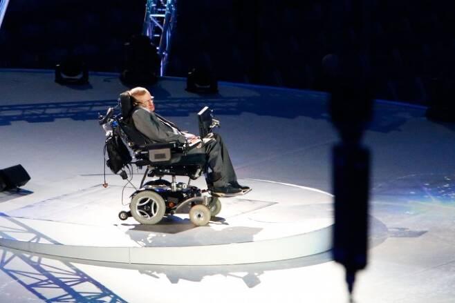 012런던 장애인 올림픽 개막식에서 메시지를 전하고 있는 세계적인 물리학자 스티븐 호킹 박사 (대한장애인체육회 제공)