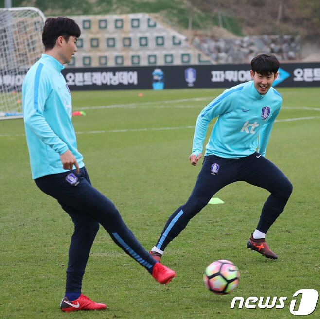 축구 대표팀 주장 기성용(왼쪽)과 손흥민. /뉴스1 DB © News1 오장환 기자