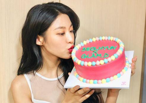 설현 근황, 핑크색 케이크 들고 사랑스러운 '뽀뽀'