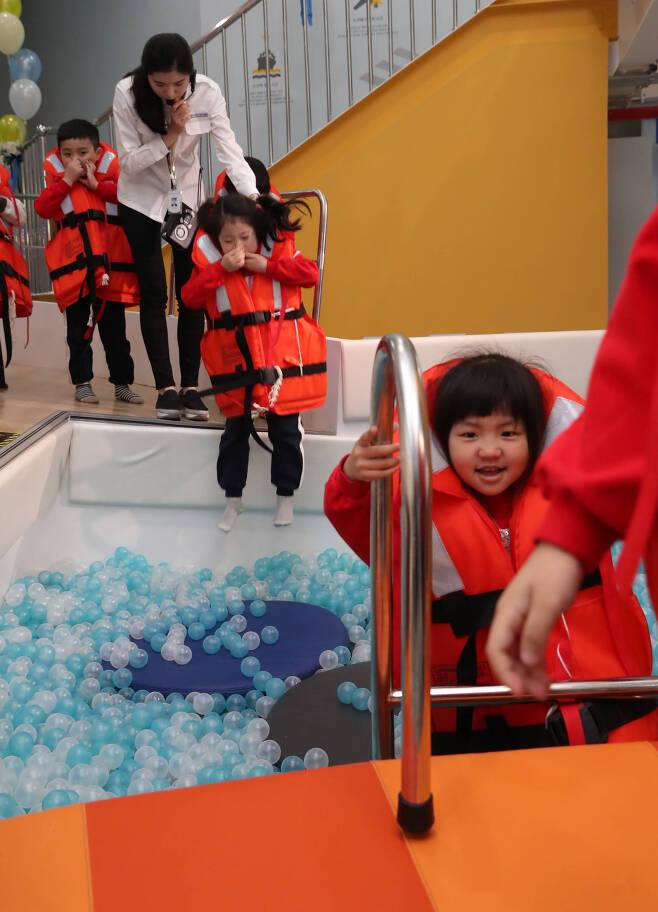 어린이들이 모형 풀에서 입수 체험을 하고 있다. 우상조 기자