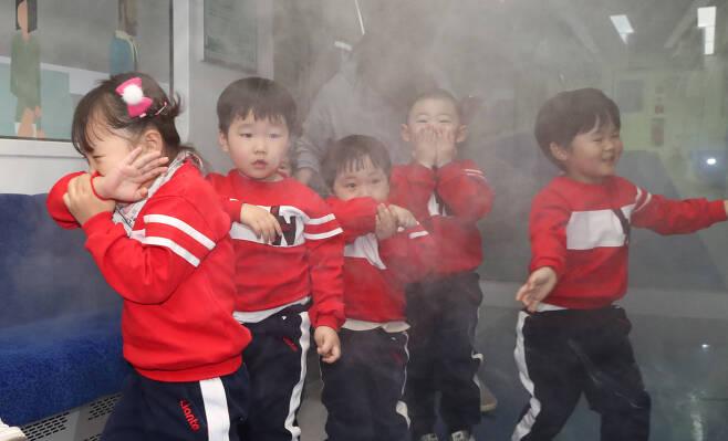 실제 화재 상황처럼 연기가 피어오른 3층 철도안전체험관에서 어린이들이 코와 입을 막고 탈출하는 체험을 하고 있다. 우상조 기자