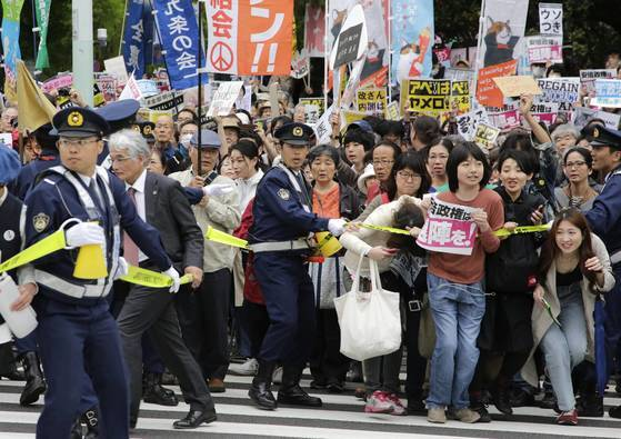 14일 도쿄 나가타초 국회의사당 앞에서 열린 '아베 정권 퇴진' 집회에 3만여명이 몰린 가운데 참가자들이 폴리스라인을 넘어가고 있다.[EPA=연합뉴스]