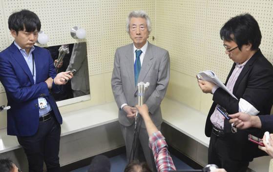 """고이즈미 준이치로(小泉純一郞) 전 일본 총리가 14일 이바라키(茨城)현 미토(水戶)시에서 기자들과 만나 """"아베 총리의 3선은 어렵다. 신뢰가 사라지고 있다""""고 밝히고 있다. [교도=연합뉴스]"""