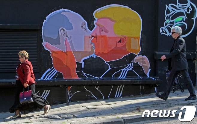 블라디미르 푸틴 러시아 대통령과 도널드 트럼프 미국 대통령이 그려진 벽화. © AFP=뉴스1