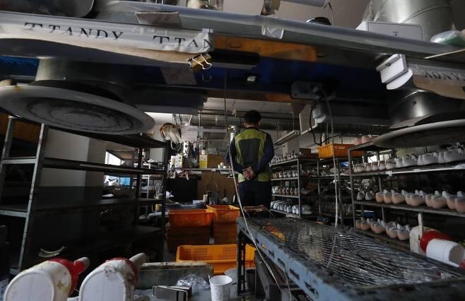 제화업체 탠디의 제화공 98명이 지난 6일부터 열흘째 파업 중이다. 16일 오후 파업 중인 서울 관악구 제화공장의 모습. 박종식 기자 anaki@hani.co.kr