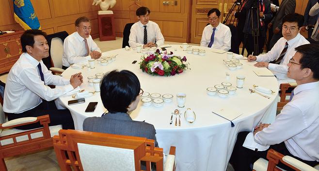 문재인 대통령이 2017년 5월11일 청와대에서 열린 신임수석과의 오찬에서 대화하고 있다. © 사진=연합뉴스