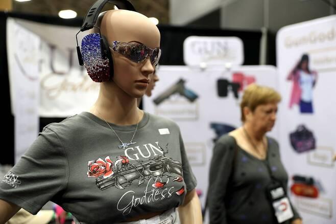 미국총기협회(NRA) 주최로 총기전시회가 텍사스주 댈러스 카이 베일리 허치슨 컨벤션센터에서 6일까지 열리고 있다.여성들을 위한 총기 액세서리가 전시 판매되고 있다. [AFP=연합뉴스]