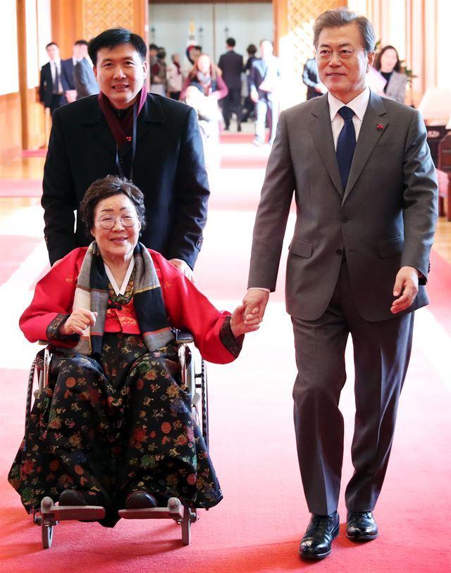 문재인 대통령이 2017년 8월 4일 일본군 위안부 피해자들을 청와대로 초청해 오찬을 함께 한 뒤 이용수 할머니의 손을 잡고 배웅하고 있다.청와대제공