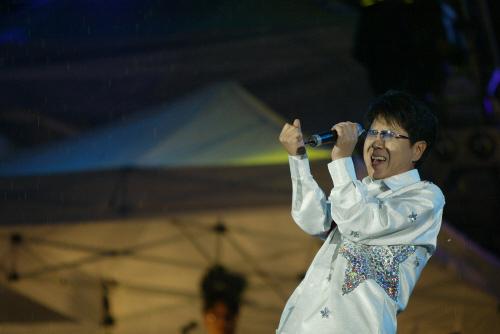 2003년 8월 서울 잠실주경기장에서 열린 35주년 공연에서 열창하고 있는 조용필. [중앙포토]