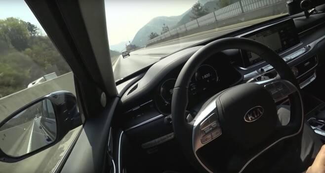 최근 고속도로 1차로에서 10여분간 정속주행 한 영상이 유튜브에 올라 네티즌에게 비판을 받았다