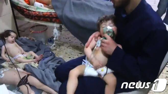 지난 4월8일(현지시간) 시리아 두마에서 화학무기 무기 의심 공격이 벌어진 뒤 병원에서 치료를 받고 있는 어린이들. © AFP=뉴스1