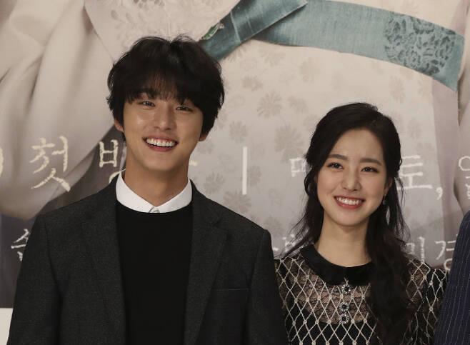 실제로 사랑에 빠진 배우 윤시윤과 진세연, 사진제공 TV조선