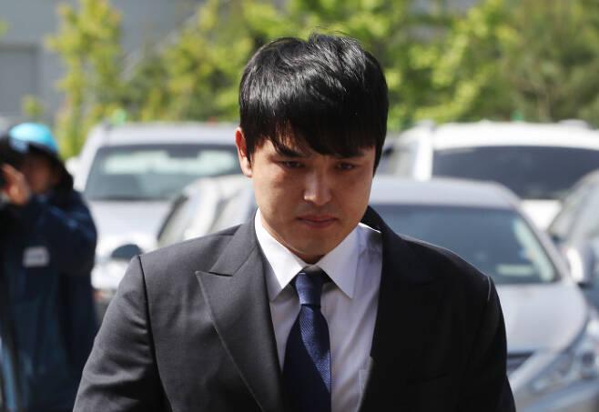 성폭행 의혹을 받는 넥센 히어로즈 박동원이 28일 오전 인천 남동경찰서로 출석하고 있다. 연합뉴스