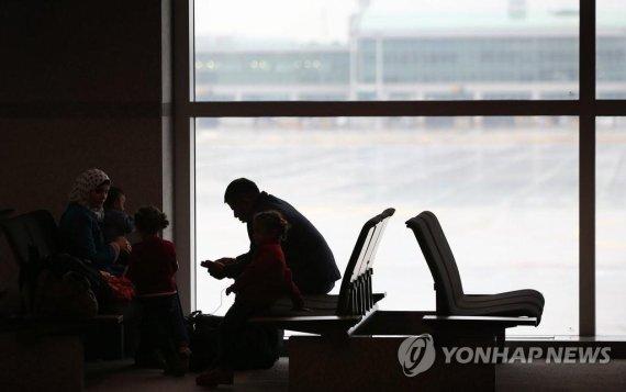 공항서 대기 중인 시리아 난민 [연합뉴스 자료사진]