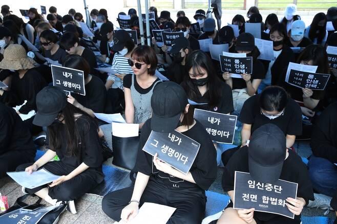 비웨이브(BWAVE)가 3일 오후 서울 종로 보신각에서 '임신중단 전면 합법화'를 촉구하는 집회를 열고 있다. 김봉규 선임기자 bong9@hani.co.kr