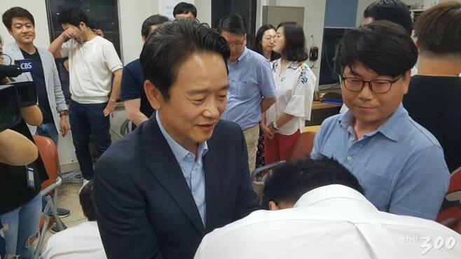 남경필 경기도지사 후보가 13일 경기도 수원의 선거캠프에서 지지자들과 일일이 악수를 나누고 있다. /사진=고석용 기자