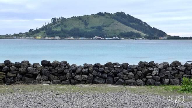 한림읍 바닷가에서 보이는 비양도.  ⓒ김종성