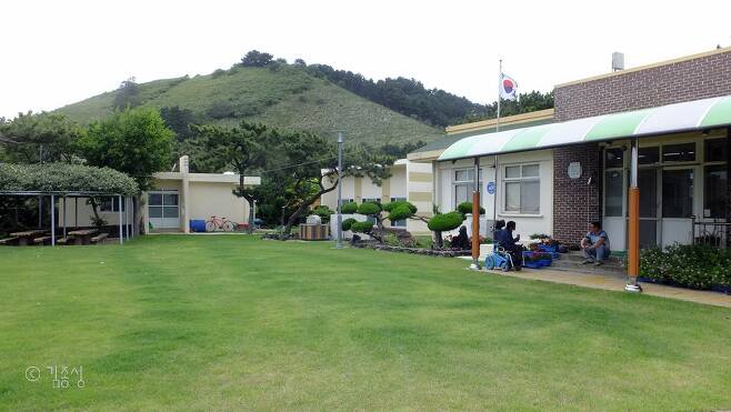 학교뒤로 보이는 비양봉.  ⓒ김종성