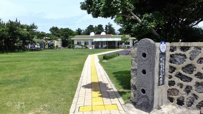 대문이 없어 더욱 정다운 느낌이 드는 섬 마을 학교.  ⓒ김종성