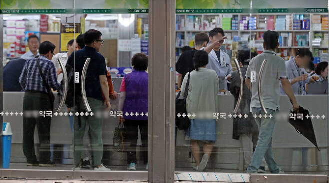 처방받은 약을 사기 위해 순서를 기다리고 있는 사람들.(사진=연합뉴스)