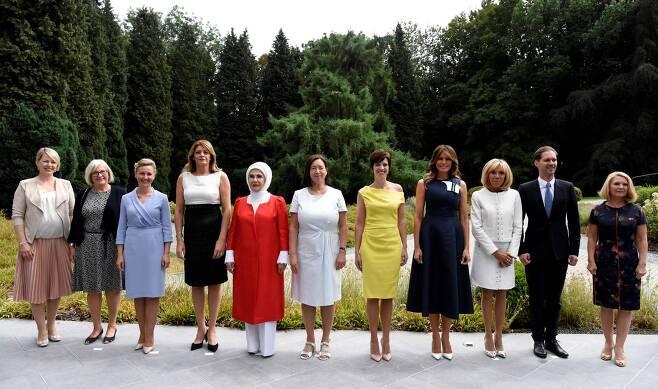 북대서양조약기구(나토) 정상회의에 참석 중인 각국 정상 배우자들이 11일(현지시간) 벨기에 워털루에서 기념촬영을 하고 있다. 왼쪽부터 에스토니아 총리 부인 카린 라타스, 스웨덴 총리 부인 울라 뢰벤, 슬로베니아 총리 부인 모이카 스트로프니크, 불가리아 대통령 부인 데시슬라바 라데프, 터키 대통령 부인 에미네 에르도안, 나토 사무총장 부인 잉그리드 슈레루드, 벨기에 대통령 부인 아멜리 데르바우드렝힌, 미국 대통령 부인 멜라니아 트럼프, 프랑스 대통령 부인 브리지트 마크롱, 룩셈부르크 총리의 동성 배우자 고티에 데스테네이, 유럽연합(EU) 정상회의 상임의장 부인 말고자타 투스크. [AFP=연합뉴스]