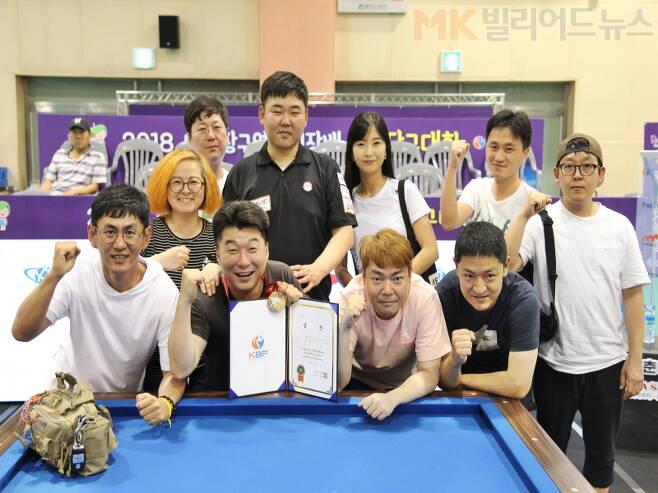고상운이 동호회(수내SBS) 회원들과 우승 기념촬영을 하고 있다.