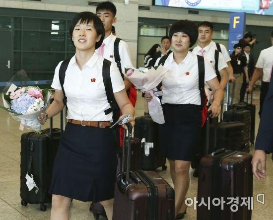코리아오픈 국제탁구대회에 출전하는 북한 탁구선수단이 15일 인천국제공항을 통해 입국하고 있다. 북한 선수단은 남녀 복식, 혼합복식에서 남북단일팀을 구성해 출전할 예정이다./인천공항=윤동주 기자 doso7@
