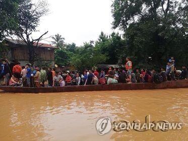 SK건설 참여 라오스 댐 붕괴…대피하는 주민들 (서울=연합뉴스) SK건설이 라오스에서 시공 중인 대형 수력발전댐의 보조댐이 붕괴해 다수가 숨지고 수백 명이 실종하는 사고가 발생했다.       24일 라오스통신(KPL)에 따르면 전날 오후 8시께(현지시간) 라오스 남동부 아타프 주에 있는 세피안-세남노이 수력발전댐의 보조댐이 무너져 인근 6개 마을로 50억 ㎥의 물이 아래 6개 마을로 한꺼번에 쏟아졌다.       피해 지역 라오스 주민들이 보트로 긴급히 대피하고 있다.  [라오스통신 제공]      photo@yna.co.kr