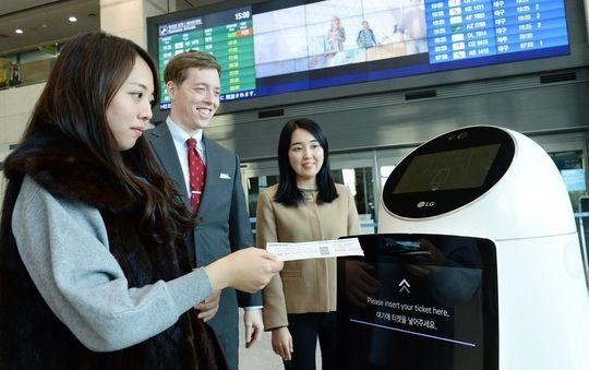 지난해 인천국제공항 방문객을 대상으로 항공 탑승 정보를 안내하는 기능을 테스트 중인 LG전자의 공항 안내 로봇.