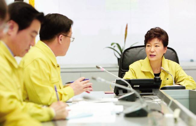 2014년 4월 16일 오후 박근혜 전 대통령이 정부서울청사 중앙재난안전대책본부에서 세월호 침몰 사고와 관련해 상황 보고를 받고 있다. [사진 제공·청와대]