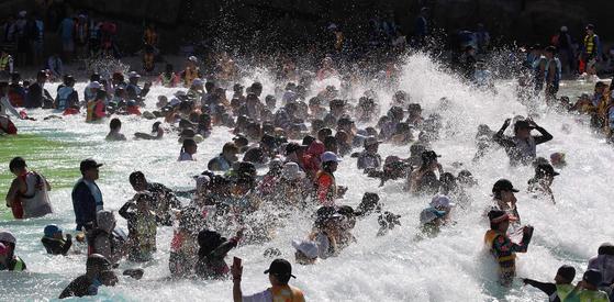 사상초유의 폭염에 지친 피서객들이 지난달 31일 경기도 용인 에버랜드에서 인공 파도를 타며 더위를 식히고 있다. 오종택 기자