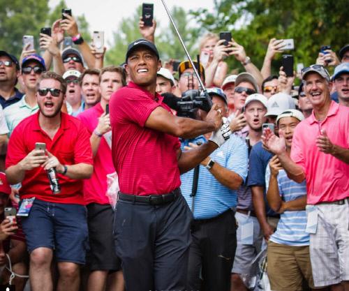 티샷을 날리를 타이거 우즈와 그 뒤에서 열광하는 갤러리의 모습. 사진 | PGA투어 인스타그램