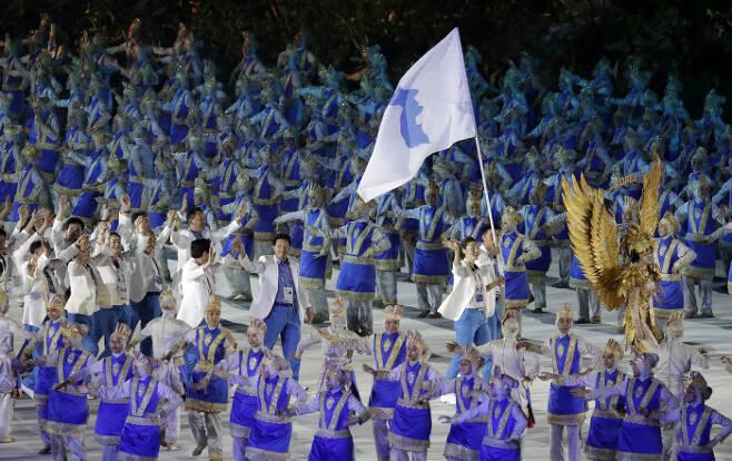 남북선수단이 아시안게임 개회식에서 한반도기를 들고 공동입장하고 있다. | AP연합뉴스