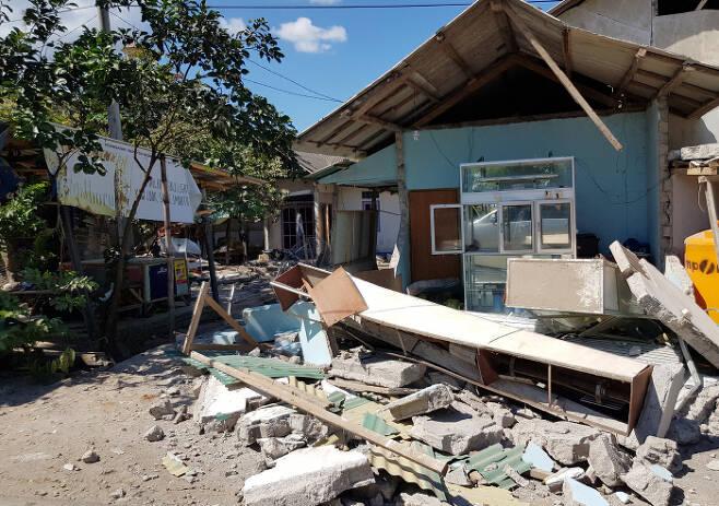 지난 5일 인도네시아의 휴양지인 롬복 섬 북부를 강타한 규모 7.0의 강진으로 사망자 수가 급증하고 있다. 지진 최대 피해지역인 북롬복 방사르항 인근 마을에서 지역민들이 천막을 치고 임시 거처를 마련하고 있다. 연합뉴스 제공