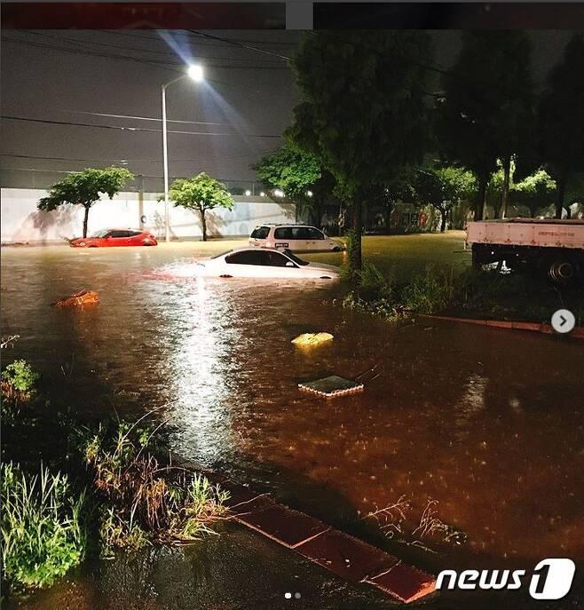 29일 많은 비가 내린 경기도 김포시 유현 사거리의 도로가 물에 잠겨 있다. (SNS 캡쳐) © News1