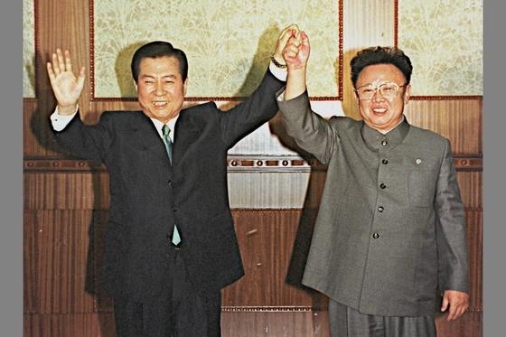 김대중 대통령과 김정일 국방위원장이 4개 부문의 남북 정상간 합의문에 서명한 후 손을 맞잡고 두 팔을 들고 있다. [중앙포토]