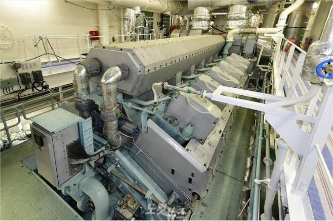 현대중공업이 국내 업계 최초로 여객선에 공급한 선박추진용 힘센엔진.(사진 = 현대중공업 제공)