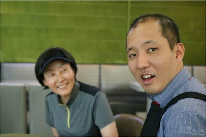 경기도 분당의 한 카페에서 만난 바리스타 배형진 씨와 어머니 박미경 씨. 사진=CBS·푸르메재단 공동취재팀