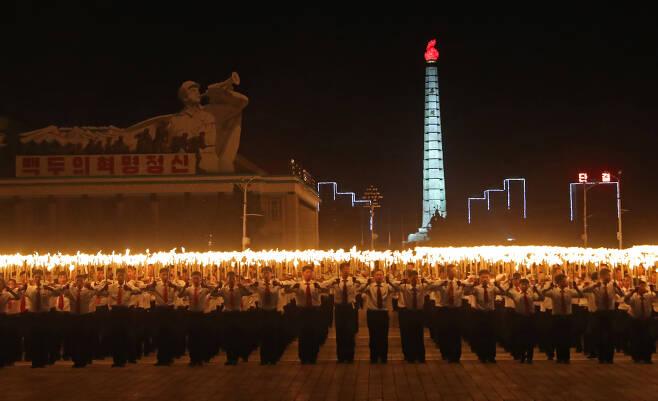 횃불을 든 북한 청년이 10일 오후 김일성광장을 가득메우고 있다.[타스=연합뉴스]