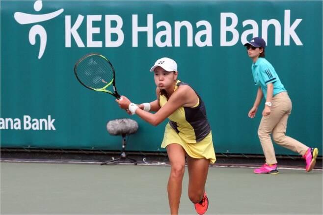 '쉽지 않네요' 장수정이 18일 WTA 투어 코리아오픈 단식 1회전에서 백핸드 스트로크를 날리고 있다.(올림픽공원=코리아오픈)