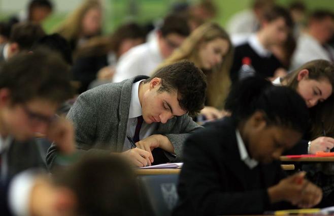 영국의 대학 입시 경쟁은 한국 못지않게 치열하다. 타고난 경제적 여건은 명문대 진학에 매우 중요하게 작용한다. 사진은 입시 시험을 보고 있는 영국 학생들 ⓒ 연합뉴스